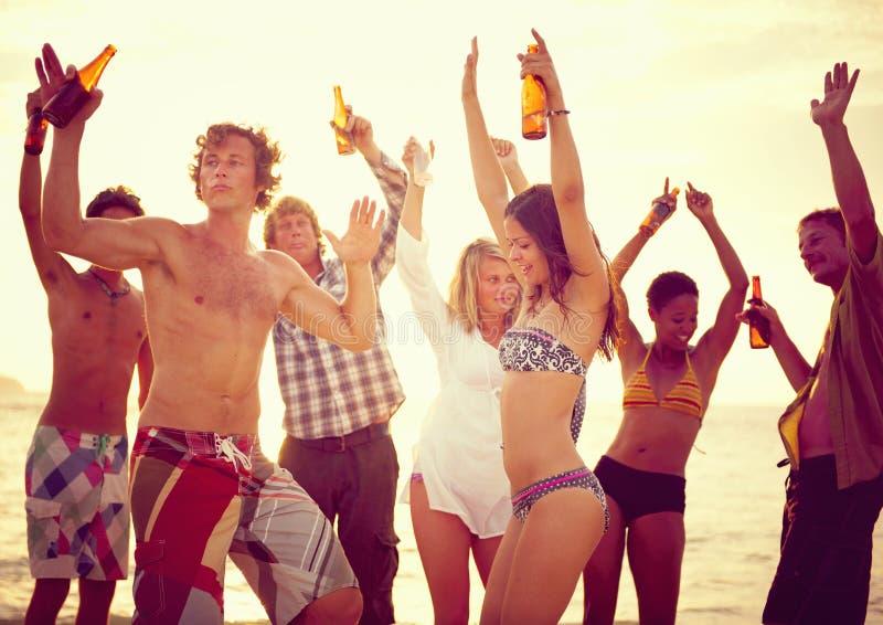 Партия группы людей на пляже стоковая фотография rf