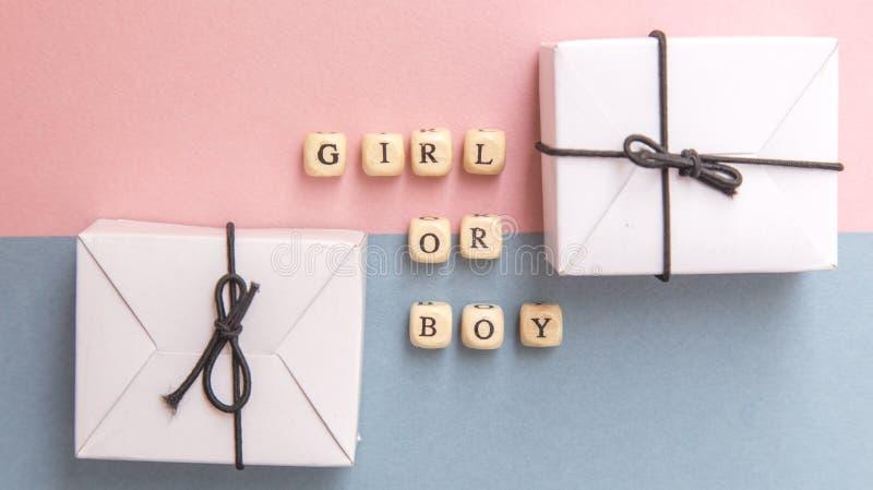 партия детского душа Определение рода маленькая девочка или мальчик Взгляд сверху плана в минималистичном стиле на пинке и голубо стоковая фотография