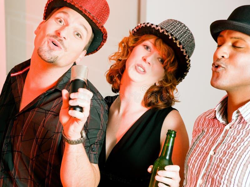 партия караоке группы друзей стоковая фотография rf