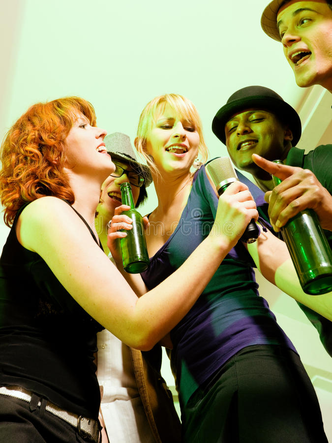 партия караоке группы друзей стоковые фото