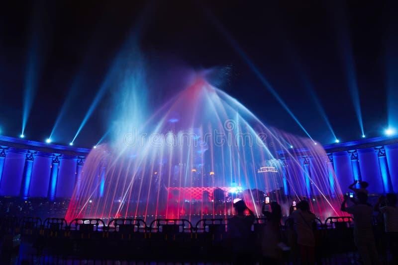 Партия клуба выставки освещения фонтана музыки стоковое изображение