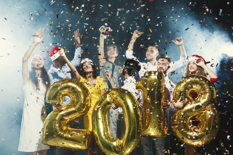 Партия Нового Года офиса потеха имея детенышей людей стоковые изображения