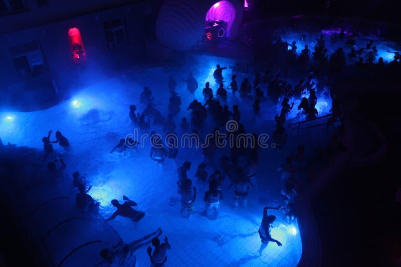 Партия ночи в термальной ванне в Будапеште, Венгрии стоковые фотографии rf