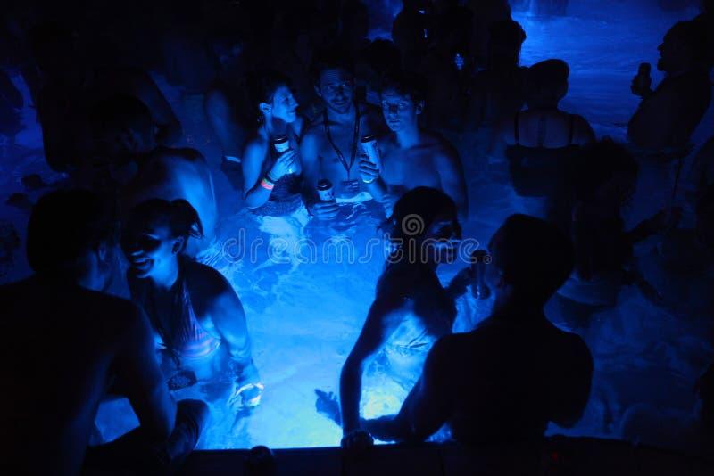 Партия ночи в термальной ванне в Будапеште, Венгрии стоковые изображения