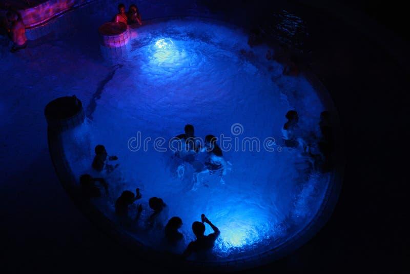 Партия ночи в термальной ванне в Будапеште, Венгрии стоковое изображение