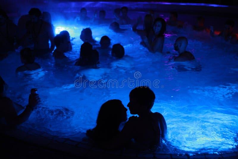 Партия ночи в термальной ванне в Будапеште, Венгрии стоковое фото