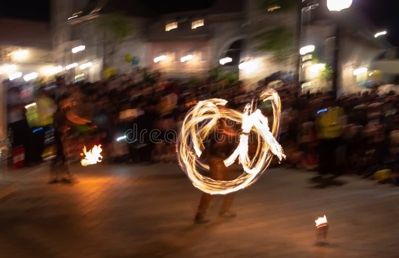 Партия ночи Изумляя представление шоу огня Долгая выдержка стоковое фото