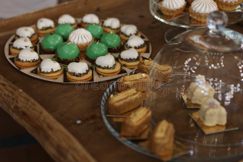 партия очень вкусных помадок шведского стола закусок еды праздничная стоковые изображения