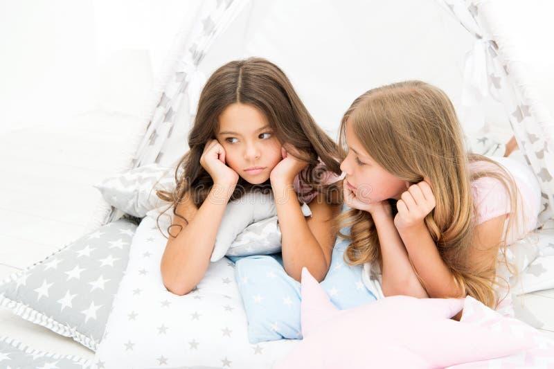 Партия пижам для детей Уютный дом типи места Сестры или лучшие други тратят время совместно лежали в доме типи девушки стоковое изображение
