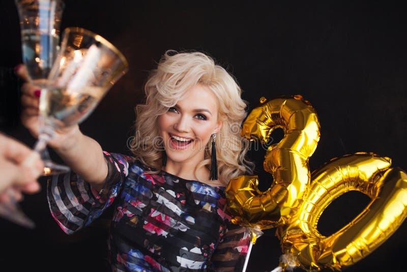 Партия праздника, шампанское красивой молодой белокурой женщины выпивая стоковое фото rf
