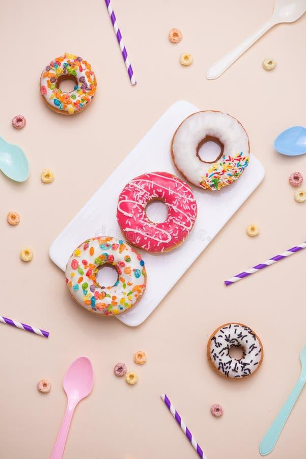 партия Различный красочный слащавый круг застеклил donuts и бутылку стоковая фотография rf