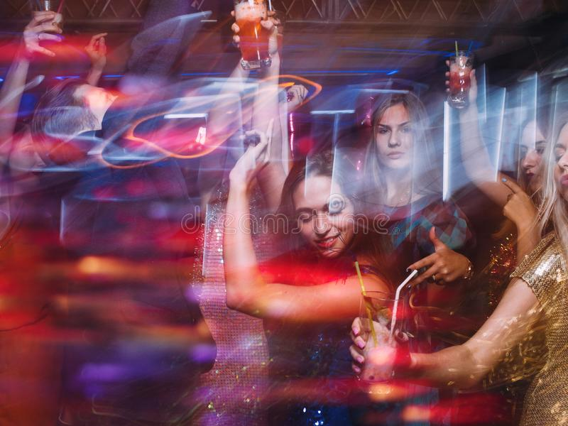 Партия торжества на ночном клубе в запачканном движении стоковое фото rf