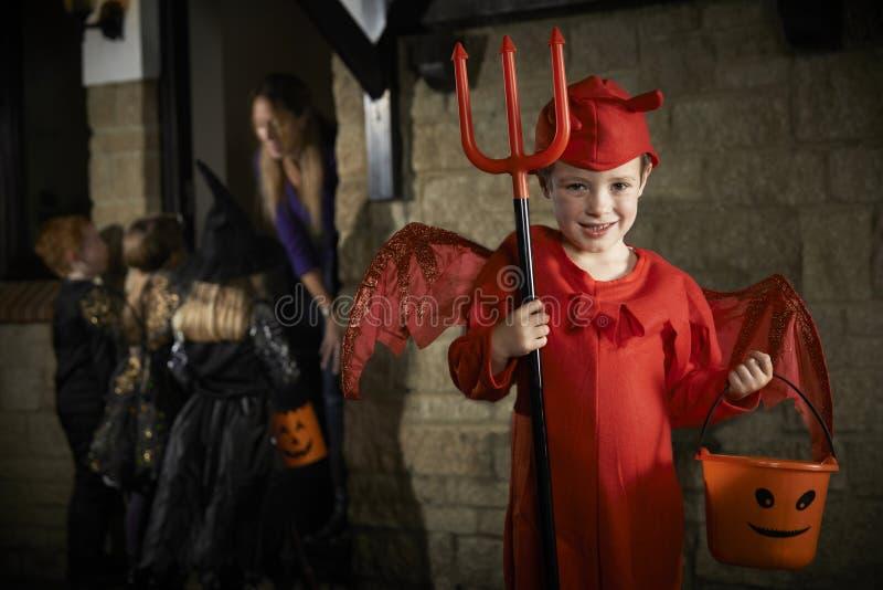 Партия хеллоуина с фокусом или обрабатывать детей в костюме стоковые фото