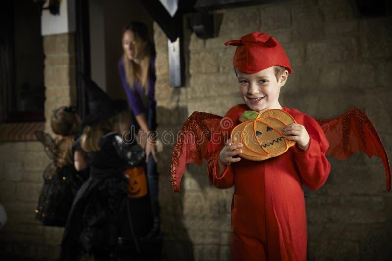 Партия хеллоуина с фокусом или обрабатывать детей в костюме стоковая фотография