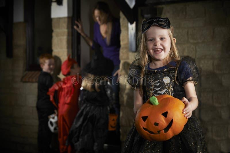 Партия хеллоуина с фокусом или обрабатывать детей в костюме стоковая фотография rf