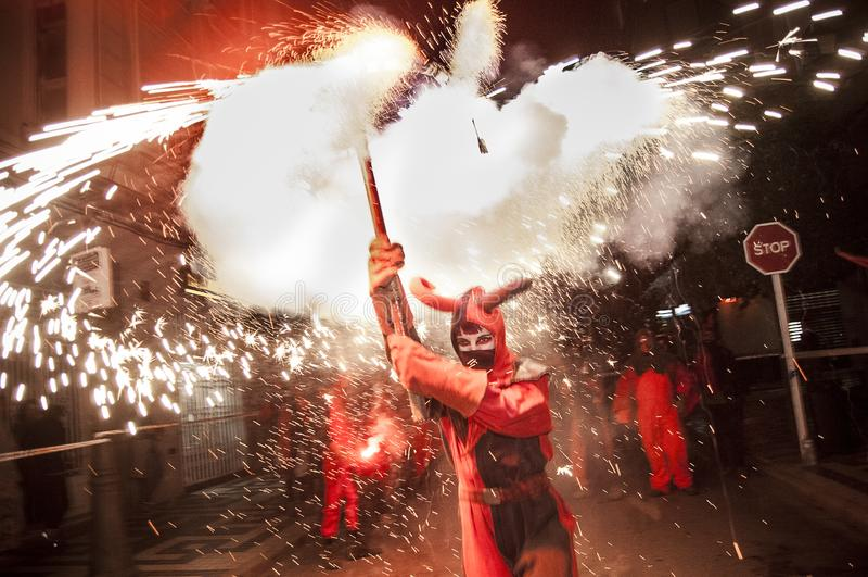 Партия Correfoc на годовщине испанской конституции стоковое изображение rf