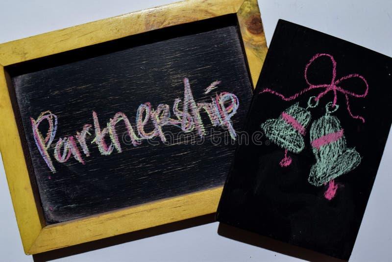 Партнерство возможно на рукописном фразы красочное на классн классном стоковые фото
