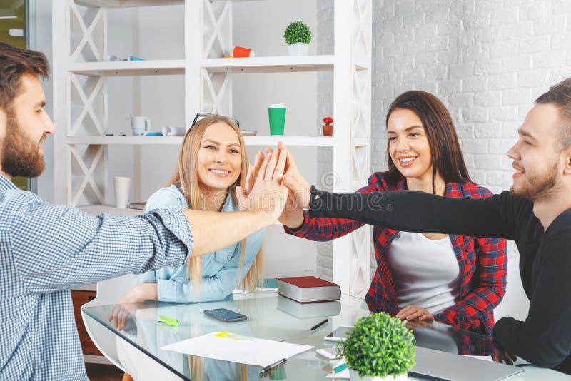 партнерство рук принципиальной схемы различное соединяет головоломку 2 стоковая фотография