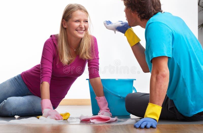 Партнеры очищая совместно стоковые фотографии rf