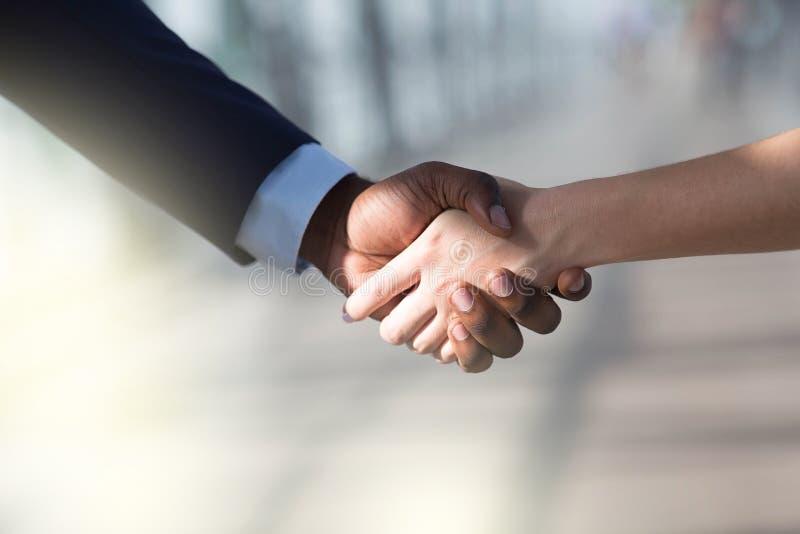 Партнеры тряся руки Один другого женщины и человека приветствуя стоковая фотография rf