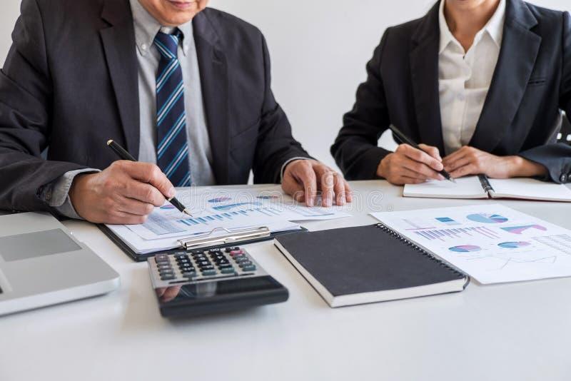 Партнер команды дела встречая деятельность и переговоры анализируя с представлением диаграммы финансовых данных и отчета о роста  стоковые фотографии rf