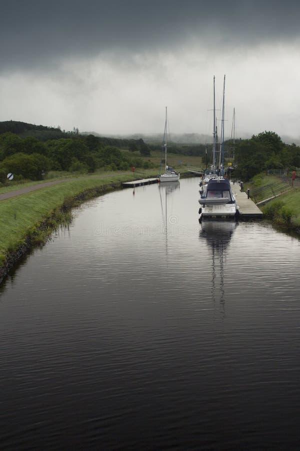 Парусники в канале Crinan на дождливый день стоковое изображение rf