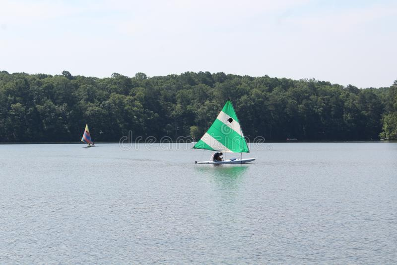Парусники в озере стоковое фото rf