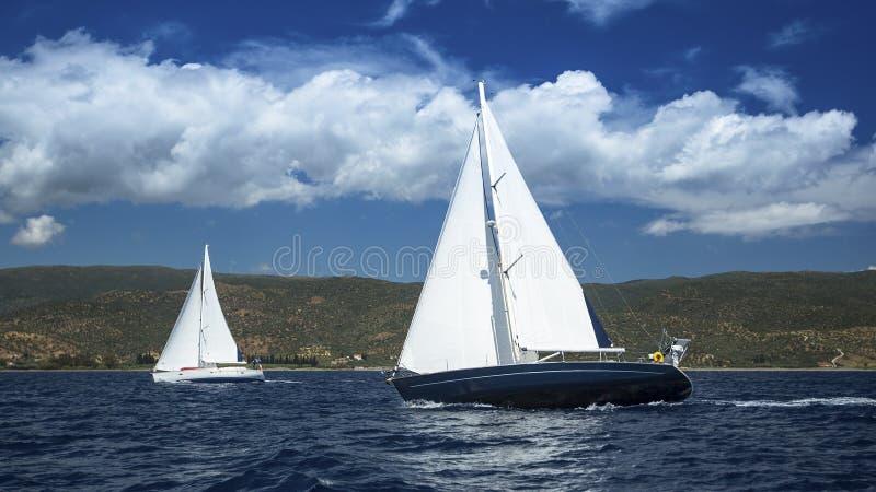 Парусники в регате плавания sailing Плавать в пасмурной погоде стоковые фотографии rf