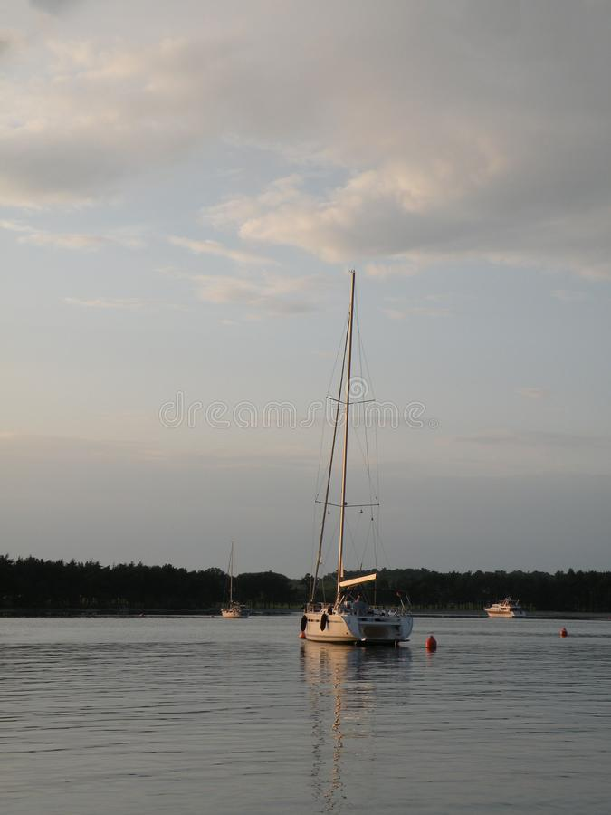 Парусники и яхты плавают на мирную поверхность theAdriatic моря, Хорватии, Европы На заднем плане побережье со мной стоковые изображения