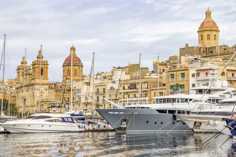 Парусники Марины яхты и мальтийская архитектура стоковые фото
