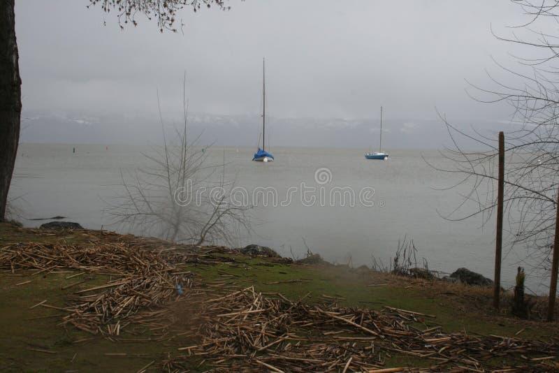 Парусники на озере во время шторма стоковые изображения rf