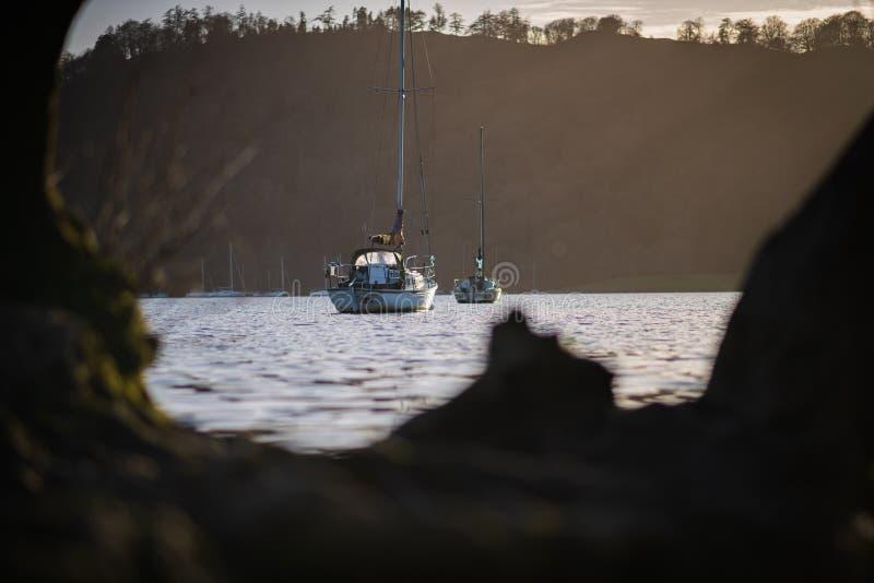 Парусники на озере Windermere, районе озера - предыдущем заходе солнца марте 2019 весны стоковые фотографии rf