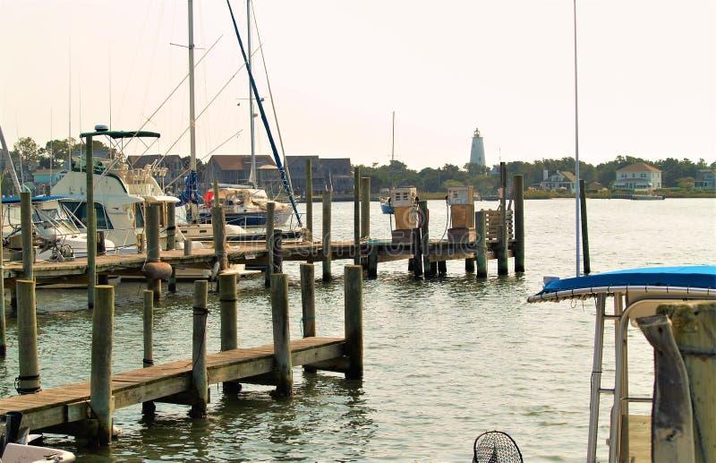 Парусники состыкованные на острове Ocracoke стоковые изображения