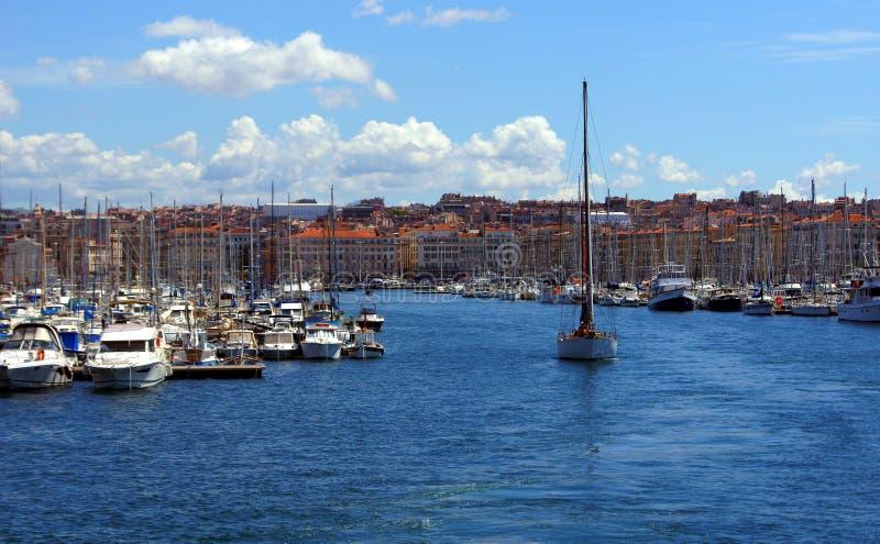 Парусник выходя порт Vieux в Марсел стоковые изображения rf