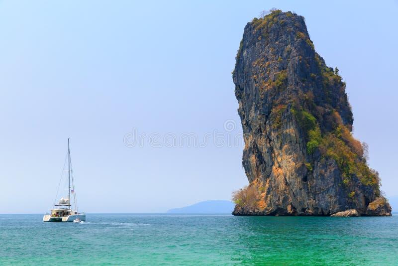 Парусник в острове стоковая фотография rf