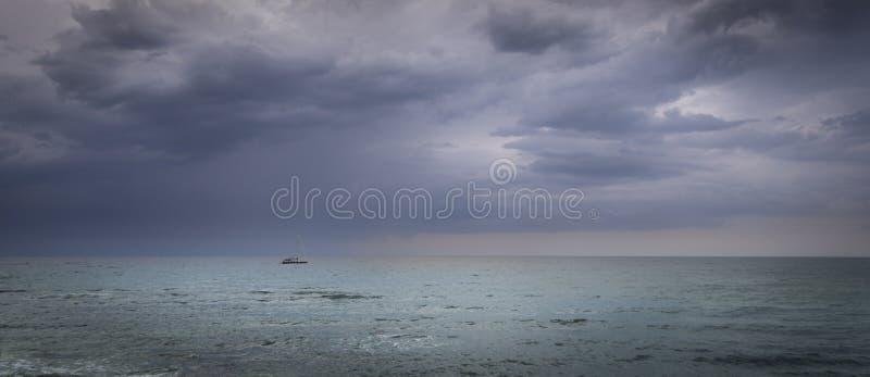 Парусник в открытом море перед штормом стоковые фотографии rf