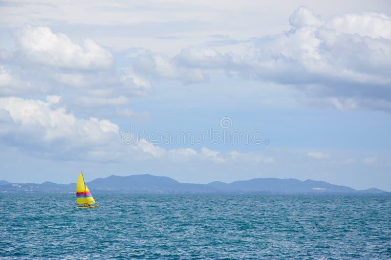Парусник в предпосылка море, море стоковое фото rf