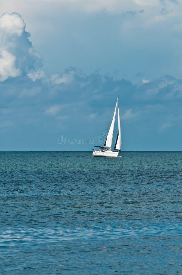 Парусник двигая над спокойным океаном Мексиканского залива на раннем утре со спокойным океаном стоковое изображение