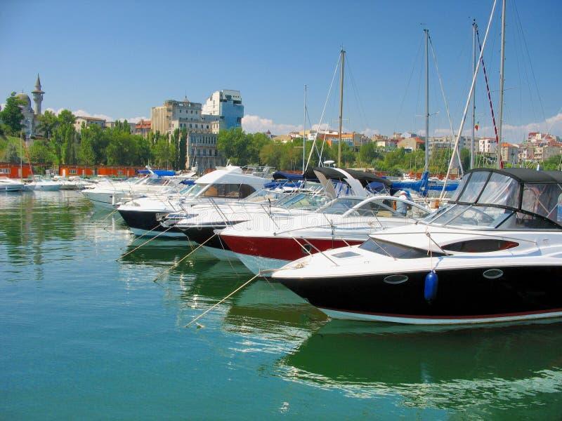 Парусник и яхта поставленные на якорь в малом порте Tomis стоковые фото