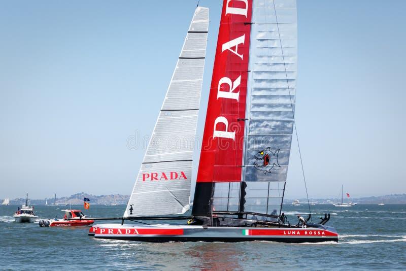 Парусник катамарана AC 72 луны Rossa команды гонки чашки Louis Vuitton стоковое изображение