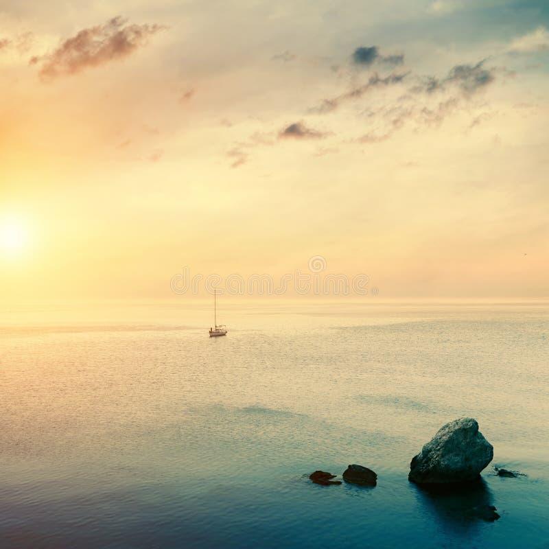 Парусник на горизонте на времени восхода солнца стоковое изображение rf