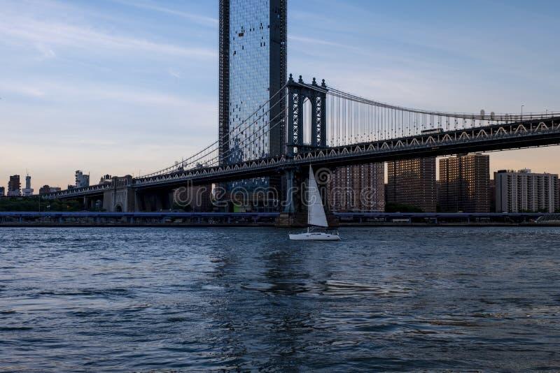 Парусник на Ист-Ривер в Нью-Йорке стоковое изображение