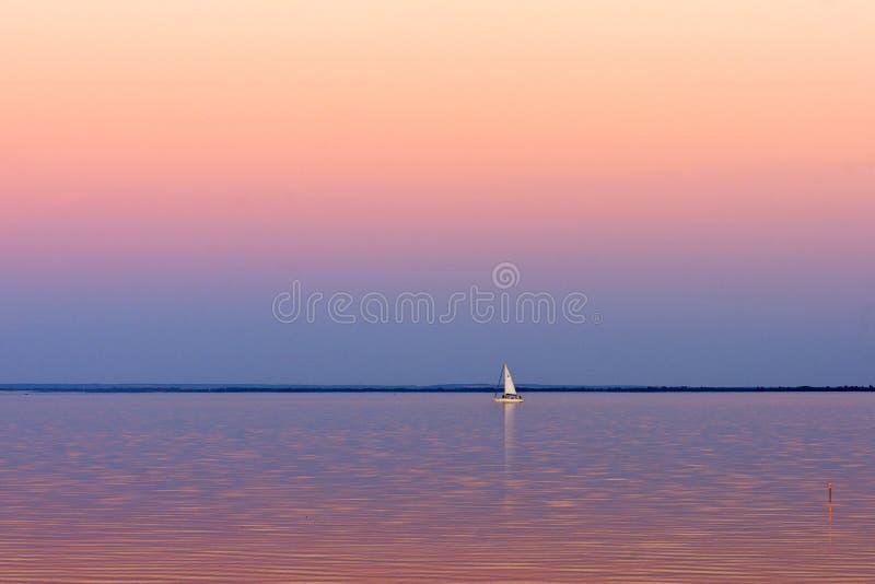 Парусник на озере стоковое фото