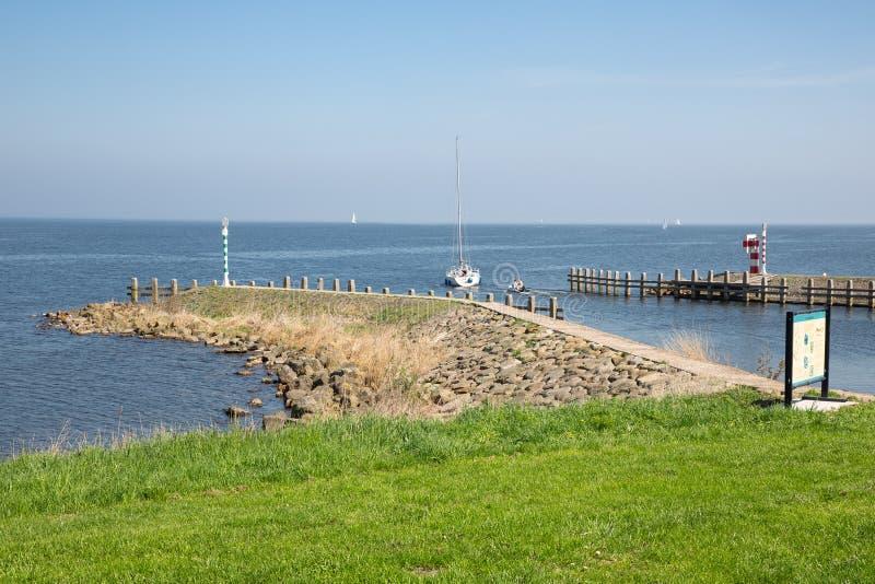 Парусное судно около волнореза гавани Medemblik, Нидерландов стоковые фотографии rf
