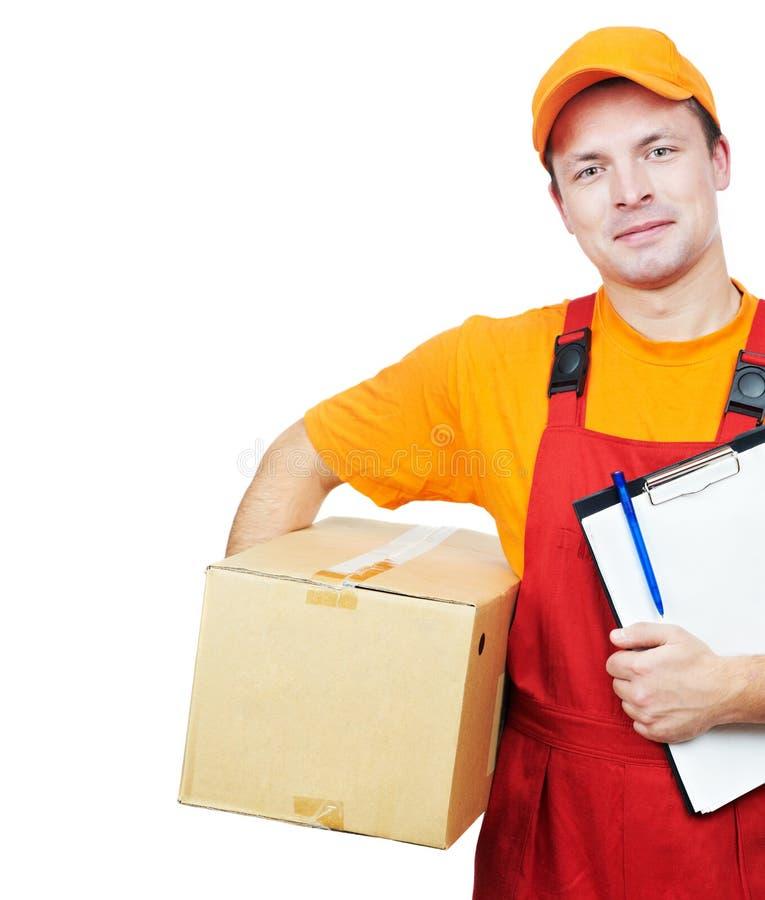 парцелла работника доставляющего покупки на дом курьера картона коробки стоковые фото