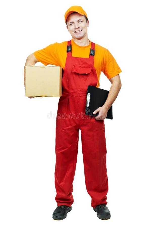 парцелла работника доставляющего покупки на дом курьера картона коробки стоковая фотография