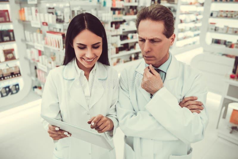 Пары аптекарей стоковые изображения