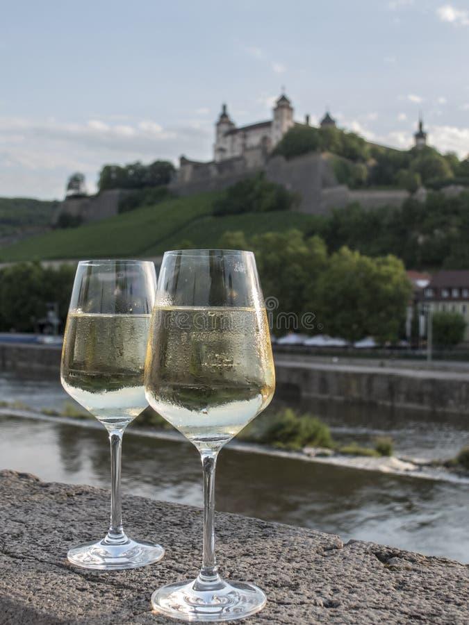 Пары белых бокалов на каменной стене с ландшафтом в b стоковые фотографии rf