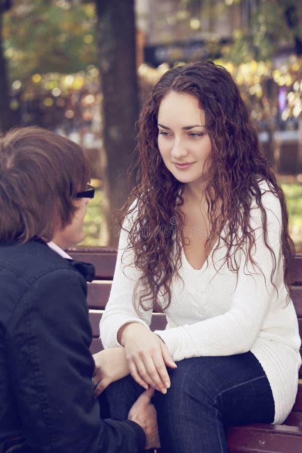 Пары беседуя в парке стоковые фото