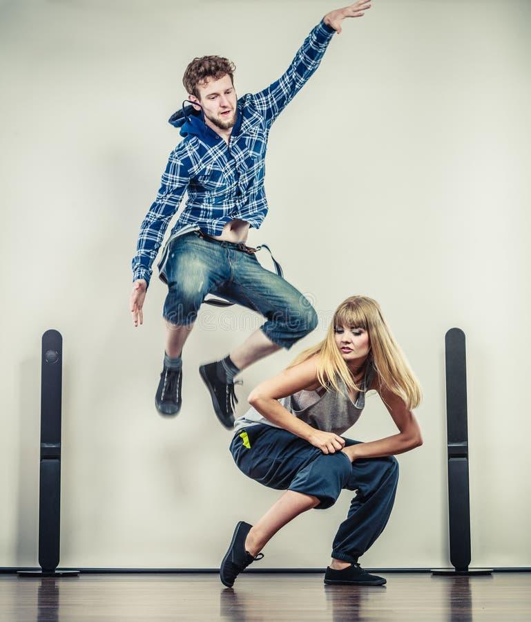Пары бедр-хмеля танцев молодого человека и женщины стоковые изображения rf